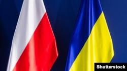 Государственные флаги Польши (слева) и Украины.