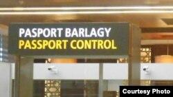 Aşgabadyň aeroportynda barýan ýolagçylaryň goşlary goşa barlagdan geçýär