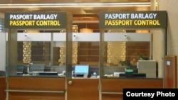 Ашхабад эл аралык аэропортундагы паспорт көзөмөлү.