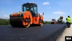 Punëtorët në Maqedoni të Veriut gjatë ndërtimit të një autostrade.
