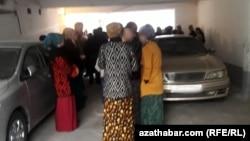 Ашхабадские магазины, чтобы скрыть очереди, продают продукты с черного хода
