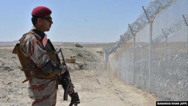 A Pakistani army soldier stands guard along the the Pak-Afghan border near the Punjpai area of Quetta in Balochistan. (file photo)