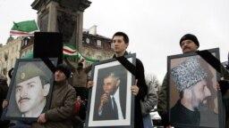 Изображения руководителей Ичкерии Джохара Дудаева, Аслана Масхадова и Зелимхана Яндарбиева в руках участников демонстрации в Варшаве, март 2005