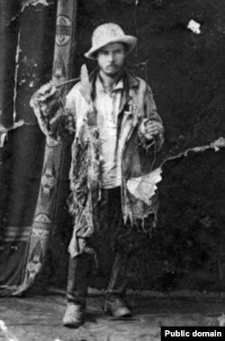 Г.Ибрагимов после возвращения из тыла Колчака в одежде обозчика. 1919 год