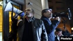 Armenia - Edmon Marukian (L) and Nikol Pashinian, leaders of the opposition Yelk alliance, address supporters rallying in Yerevan, 19Jan2018.
