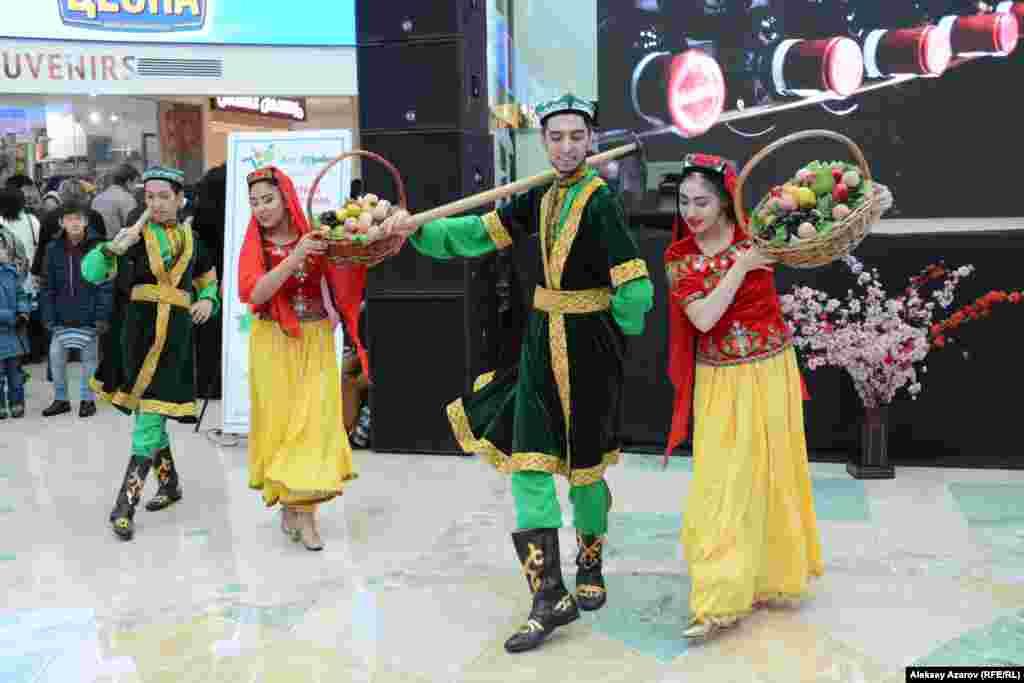 Кроме мант была развлекательная программа. На фото – момент выступления танцевальной группы «Долан», исполняющей традиционные уйгурские танцы.