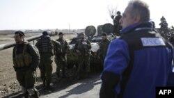 Украинаның үкімет күштері жанында тұрған ЕҚЫҰ өкілі. Соледар, Донецк облысы, 27 ақпан 2015 жыл.
