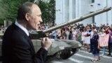 Владимир Путин, танк, протестующие в Хабаровске, коллаж