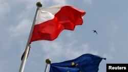 Варшау парламенты каршында Польша һәм Европа берлеге байраклары