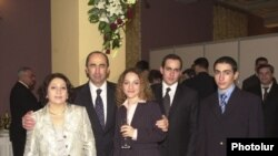 Экс-президент Армении Роберт Кочарян с супругой и детьми