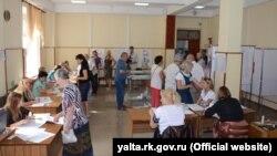 Иллюстративное фото – избирательный участок в Ялте, 18 сентября 2016 года