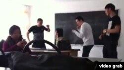 Оқушылардың мұғалім орнында отырған әйел адамды мазақтап жүрген видеосынан скриншот.