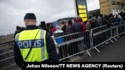 Policia duke kontrolluar disa migrantë në Malmo, Suedi.