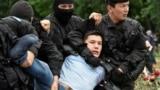Президент сайлауы күні полиция қызметкерлері билікке қарсы шеруге қатысушыны ұстап жатыр. Алматы, 9 маусым 2019 жыл.