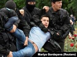 Задержания участника акции протеста в Алматы в день выборов. 9 июня 2019 года.