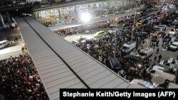 معترضان در فرودگاه نیویورک جمع شدهاند