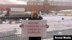Сергей Зверев на Красной площади проводит одиночный пикет против строительства завода на Байкале весной 2019
