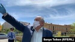 Один из противников строительства жилого комплекса Фарид Акбердиев. Нур-Султан, 7 мая 2020 года.