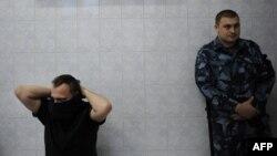 Полиция қызметкері азаматты психиатриялық сараптамаға әкеліп тұр. Мәскеу, 10 қазан 2011 жыл. (Көрнекі сурет)
