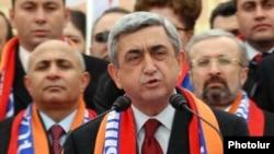 Армения - Новоизбранный президент Серж Саргсян выступает на поствыборном митинге, Ереван, 26 февраля 2008 г.