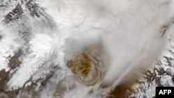 Гримсвотн извергает вулканическую пыль