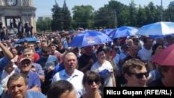 Сотни людей вышли на улицы столицы Кишинева, протестуя против отстраненного президента Игоря Додона