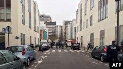 Полицейские рядом с редакцией сатирического издания Charlie Hebdo, на которую совершено нападение. Париж, 7 января 2015 года.