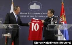 Глава МИД России Сергей Лавров получает футболку в подарок от своего тогдашнего сербского коллеги Ивицы Дачича. Белград, февраль 2018 года