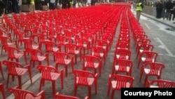 Красные кресла на главной улице боснийской столицы