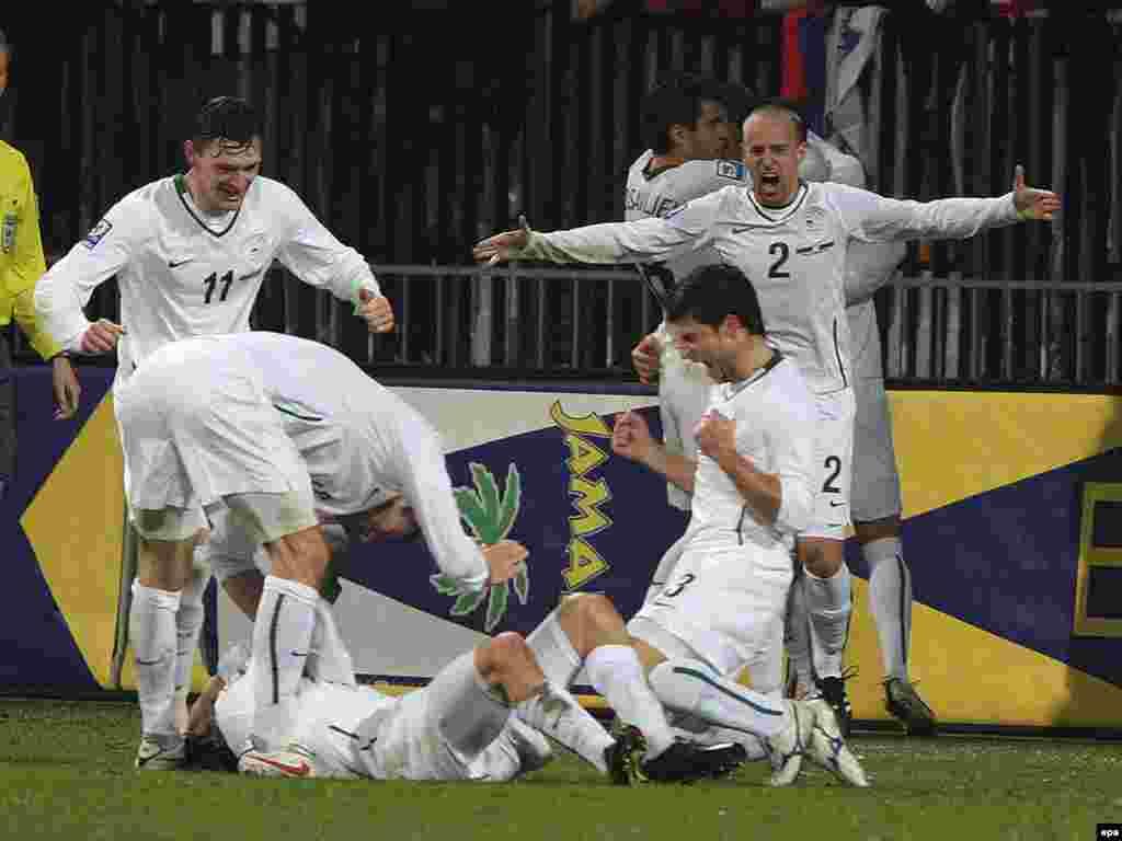 Сборная Словении празднует победу над сборной России в решающем матче за выход в финальную часть чемпионата мира 2010 года по футболу
