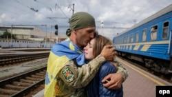 Український військовослужбовець повернувся додому, залізничний вокзал Києва, 9 вересня 2015 року