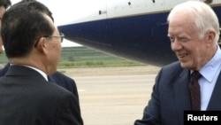 Jimmy Carter întîmpinat de vice-ministrul de externe Kim Kye-gwan