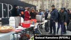 Беженцам в Париже раздавали еду, для них был организован концерт, художники бесплатно рисовали их портреты, поэты читали стихи.