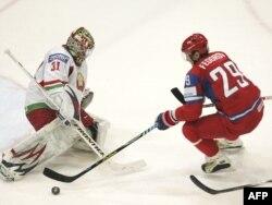 Сяргей Фёдараў (справа) у матчы камандаў Расеі і Беларусі, 2010 г.