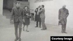 Саид Бекиров (на переднем плане) идет в костюме, купленном в комиссионном магазине и перешитом наизнанку в ателье. Алматы, 1968 год.