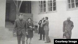 Said Bekirov (ögdeki planda) komission tükanında alınğan ve atelyede yañartılğan kostümı ile. Almatı, 1968 s.