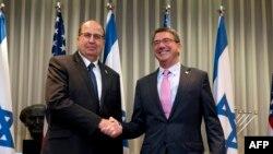 Министр обороны Израиля Моше Яалон (слева) и министр обороны США Эштон Картер в преддверии встречи в Тель-Авиве, 20 июля 2015 года.