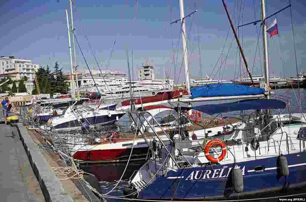 Суда в порт не заходят никакие, даже российские, боятся санкций. А вот яхты бывают, причем некоторые из Николаева и Одессы