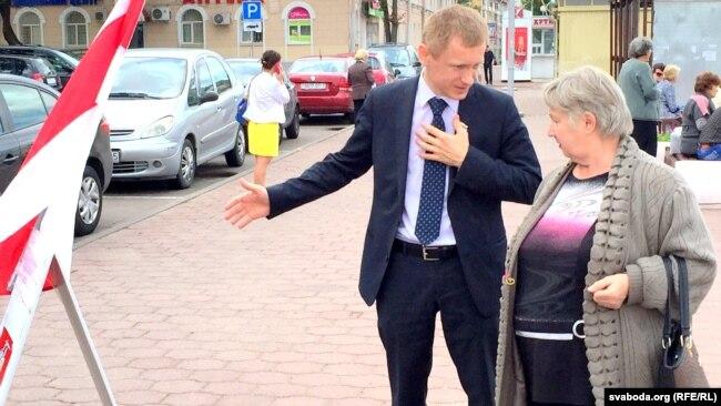 Аляксей Янукевіч падчас збору подпісаў на парлямэнцкіх выбарах, 2016 год