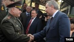 Dmitri Rogozin şi colonelul Anatoli Zverev, comandatul trupelor ruse de pacificare în regiunea transnistreană, Bender, 16 aprilie 2012