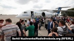Зустріч у київському аеропорту «Бориспіль» 35 в'язнів Кремля, які прилетіли з Москви. 7 вересня 2019 року