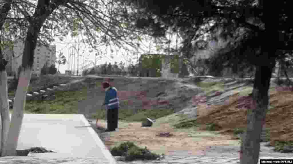 Дворниками в Ашхабаде работают в основном женщины.