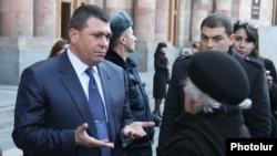 Начальник Полиции Армении Владимир Гаспарян беседует с людьми, собравшимися перед зданием правительства, Ереван, 12 января 2012 г.