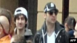 """Это изображение взято из видеоматериалов ФБР. Видны """"Подозреваемый №2"""" (слева) и """"Подозреваемый №1"""" (справа) в толпе перед взрывом на Бостонском марафоне."""