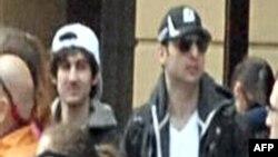 Жардырууга шектелген Жохар жана Тамерлан Царнаевдер кымгуут түшкөн элдин арасында. (видео тасмадан алынган сүрөт) Бостон, 15-апрель, 2013.
