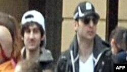 Фотография двух подозреваемых в организации взрывов во время Бостонского марафона, опубликованная ФБР 19 апреля 2013 года.