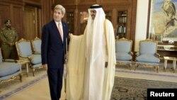 تمیم بن حمد آل ثانی، امیر قطر (راست) و جان کری، وزیر خارجه آمریکا، در دوحه. ۳ اوت ۲۰۱۵.