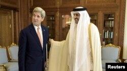 John Kerry (solda) Qətər əmiri Sheikh Tamim bin Hamad al-Thani ilə, Doha, 3 avqust, 2015