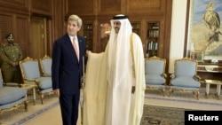 Госсекретарь США Джон Керри и эмир Катара Шейх Тамим бин Халифа Аль Тани в Дохе, 3 августа 2015 года