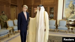 ABŞ-nyň döwlet sekretary Jon Kerry(ç) we Kataryň emiri Şeih Tamim bin Hamad al-Thani, Doha, 3-nji awgust, 2015.